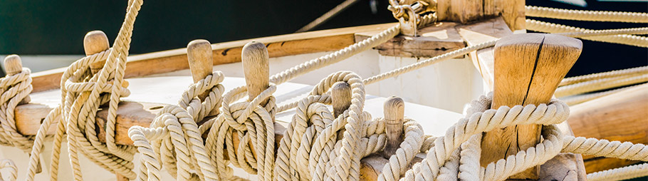befestigte Fallen auf einem Segelschiff
