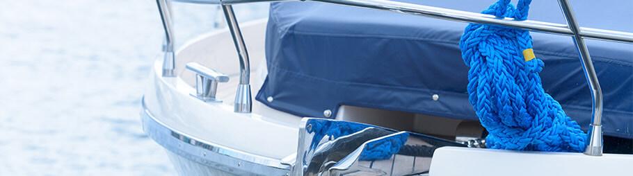 Schleppleine am Boot befestigt