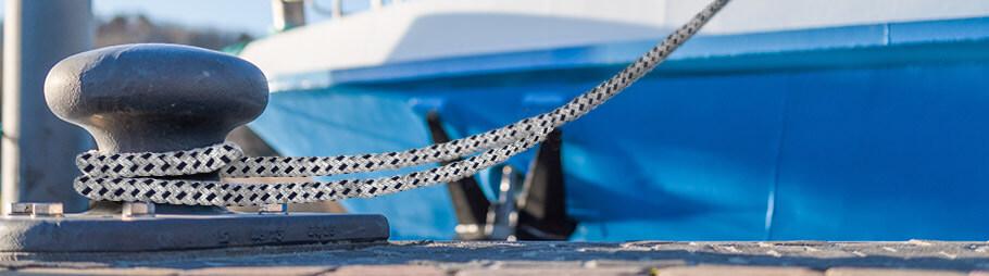 Boot ist mit Ankerleine am Steg festgemacht